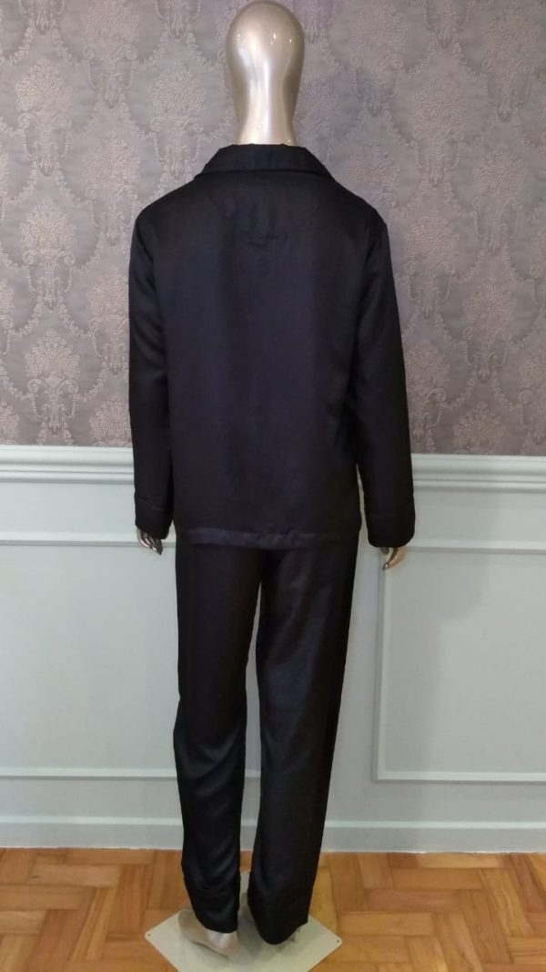 Manequim veste pijama de seda na cor preto calça e camisa manga longa