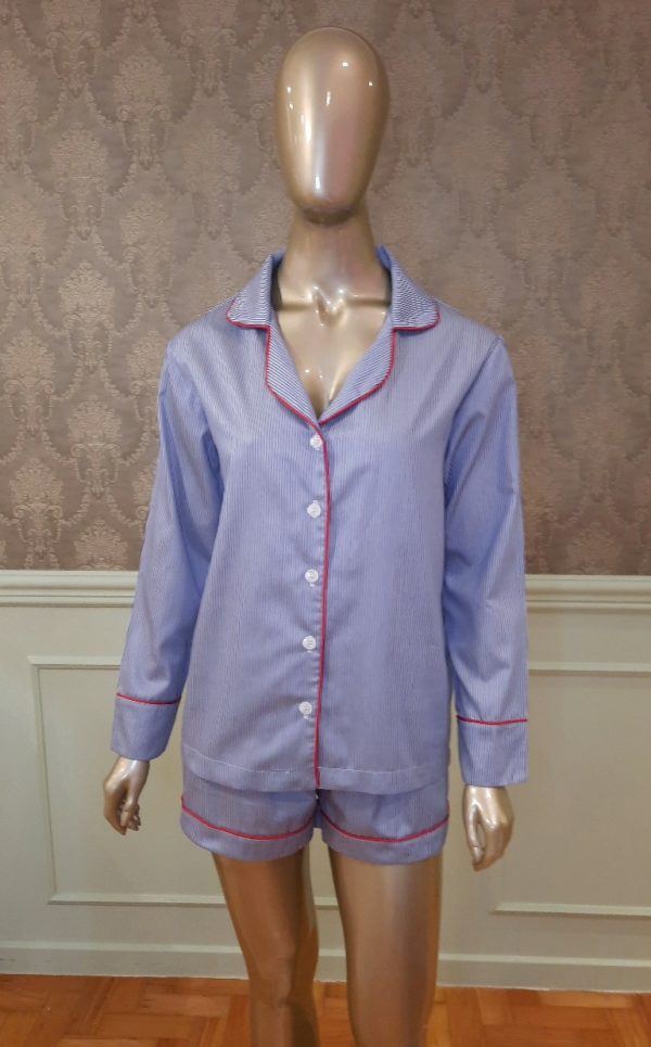 Manequim veste pijama shorts e camisa manga longa listrado marinho