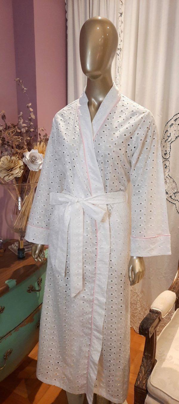 Manequim veste robe longo no tecido laise branca