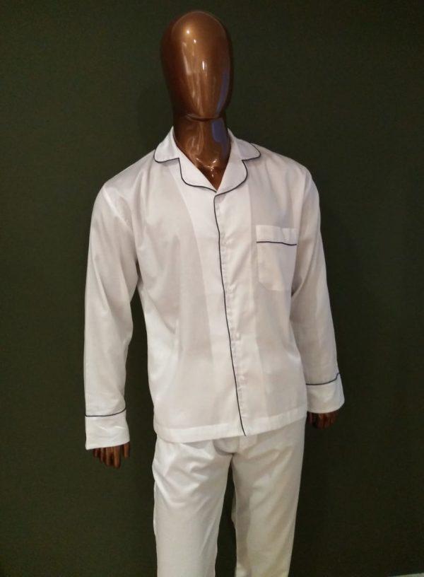 Manequim veste pijama calça e camisa manga longa na cor branca com debrum marinho