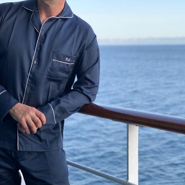 Pessoa veste pijama calça e camisa manga longa na cor marinho