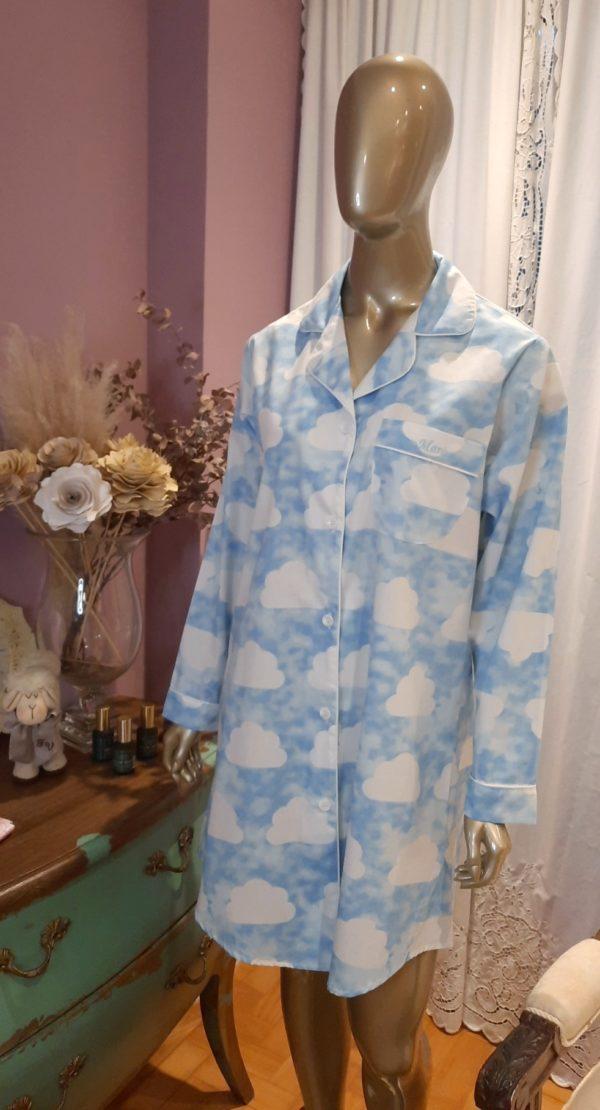 Manequim veste chemise na estampa com nuvens branca e com fundo azul