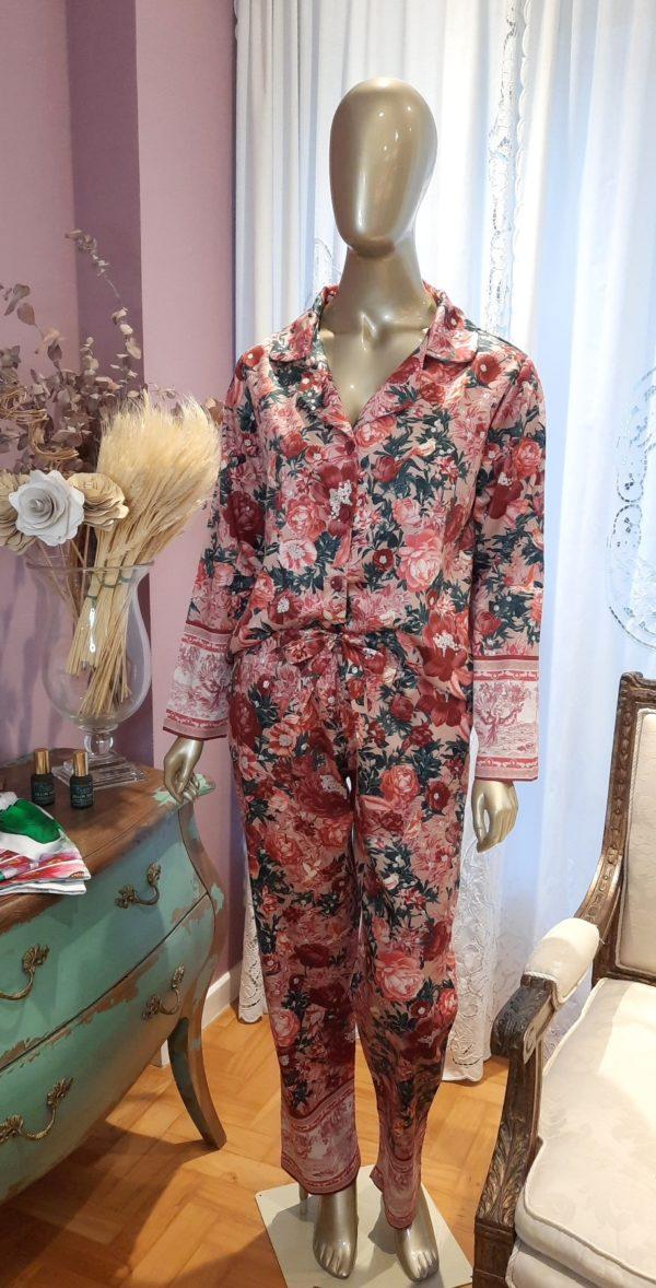 Manequim veste pijama calca e camisa manga longa com estampa floral