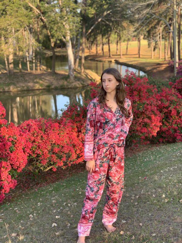 Pessoa veste pijama calca e camisa manga longa com estampa floral