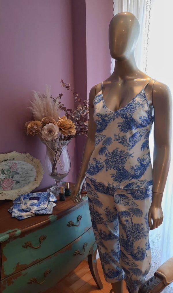 Manequim veste pijama regata e capri estampa toile de jouy azul