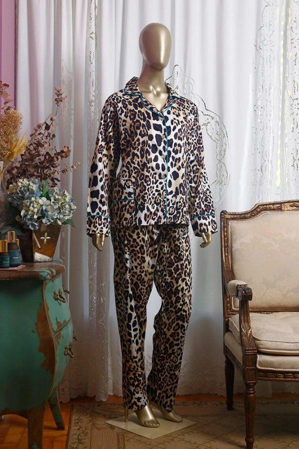 Manequim veste pijama calça e camisa manga longa