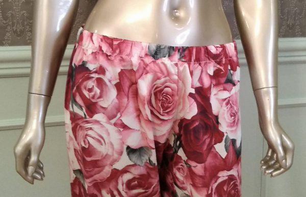 Manequim veste pijama calca e camisa manga longa com estampa de rosas