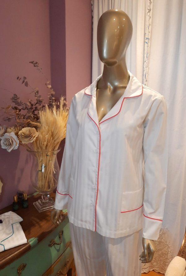 Pessoa veste pijama de calca e camisa manga longa na cor branca com debrum pink