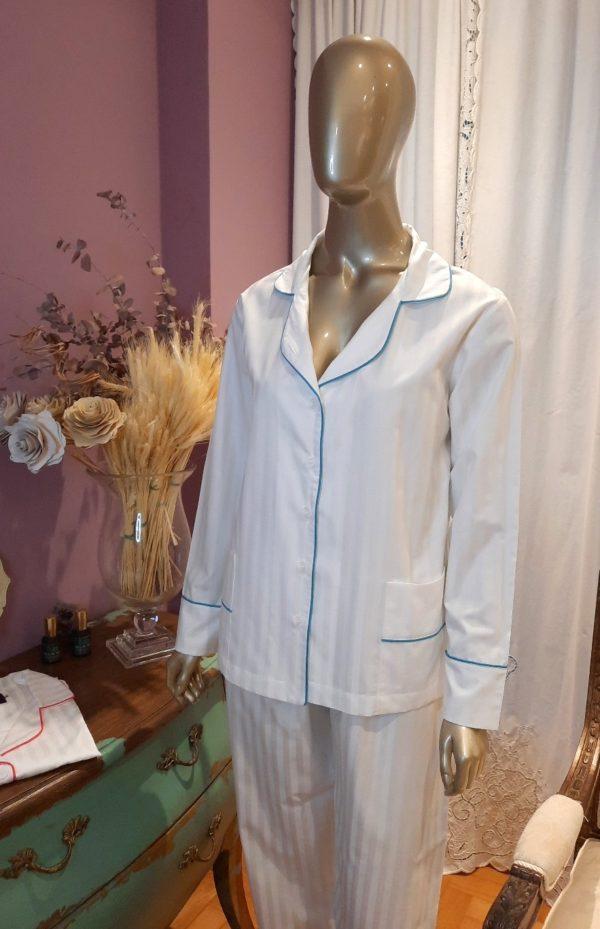 Pessoa veste pijama de calca e camisa manga longa na cor branca com debrum turquesa