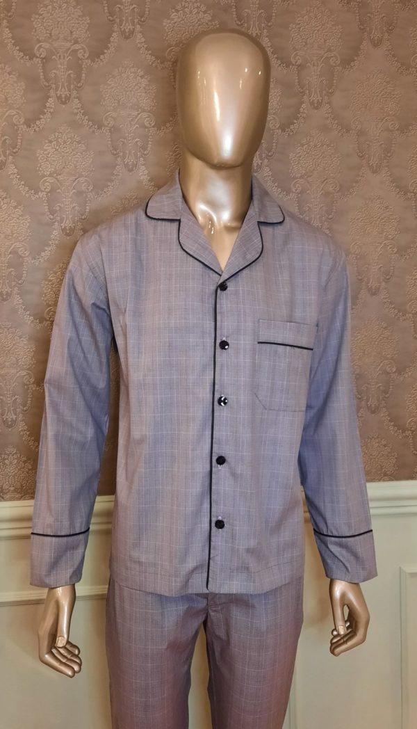 Manequim veste pijama masculino calca e camisa manga na cor cinza
