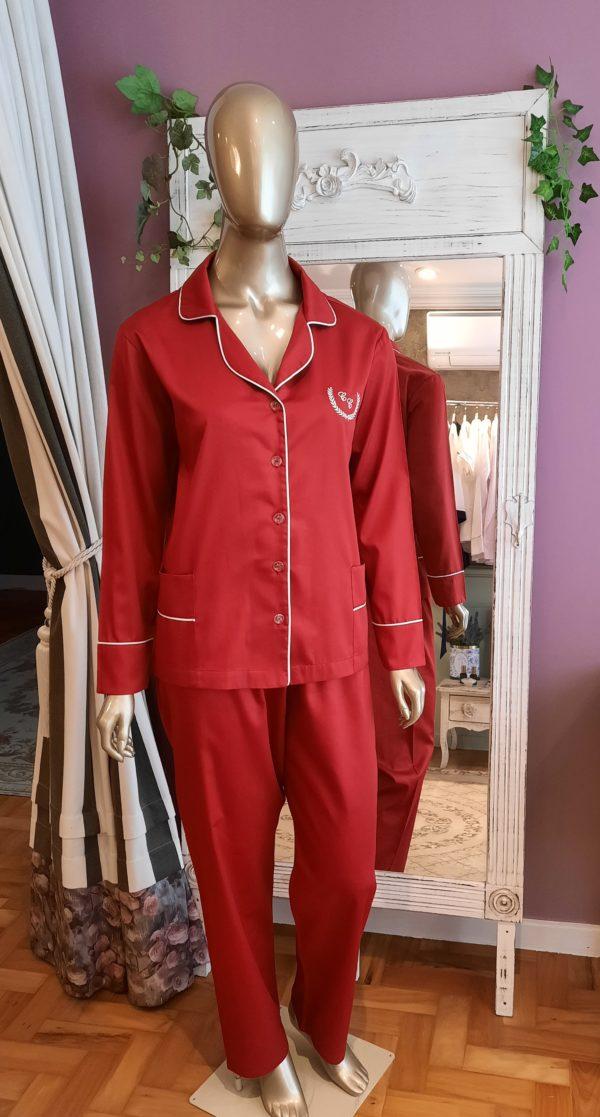 Manequim veste pijama calca e camisa manga na cor vermelho