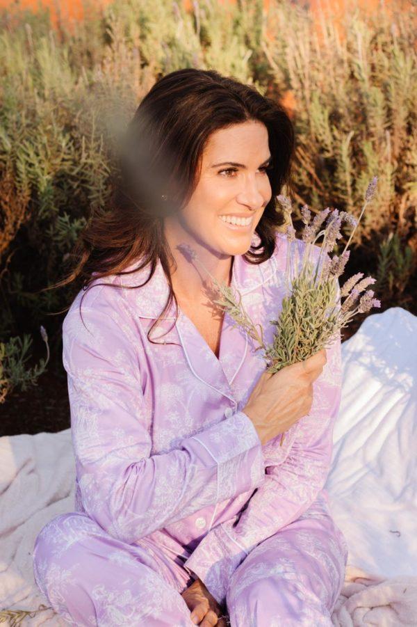 Mulher veste pijama Toile de Jouy Lavanda, num campo de lavanda que remete aos sonhos