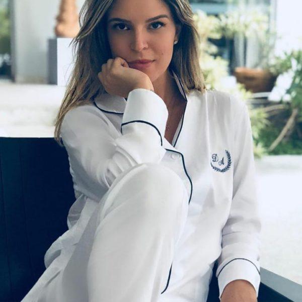 Pessoa veste pijama calca e camisa manga na cor branco
