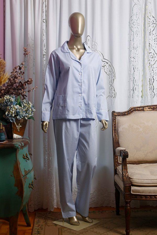 Manequim veste pijama de calca e camisa manga longa listrado azul