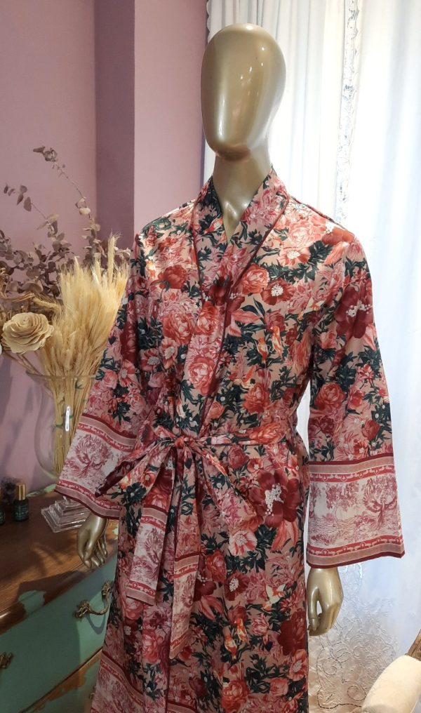 Manequim veste robe midi com estampa floral com detalhes de fenix