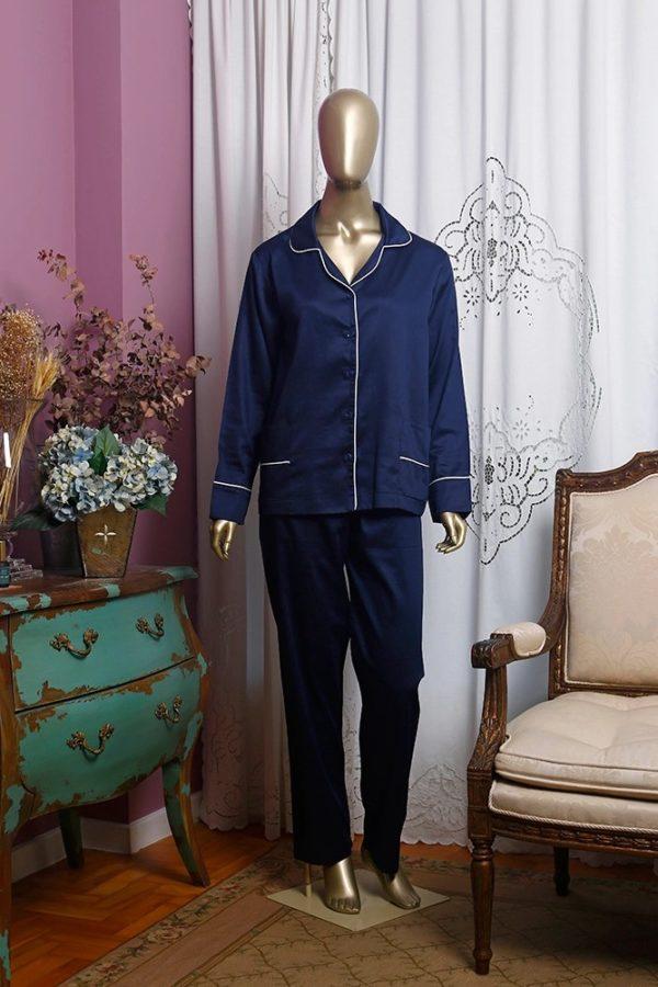 Manequim veste pijama de calca e camisa manga longa na cor marinho