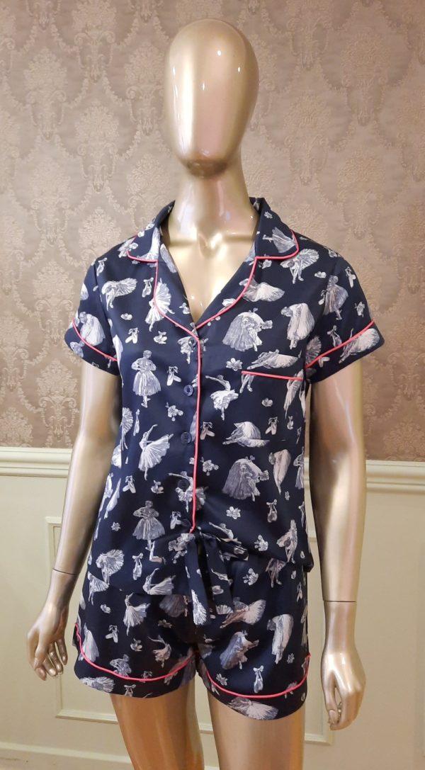 Manequim veste pijama short e camisa manga curta com estampa de bailarinas