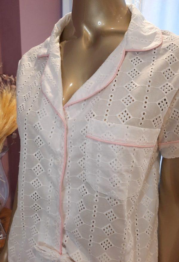 Manequim veste pijama shorts e camisa manga curta na cor branca com debrum rosa