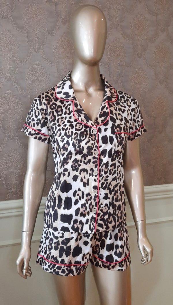 Manequim veste pijama short e camisa manga curta estampa leopardo com pink