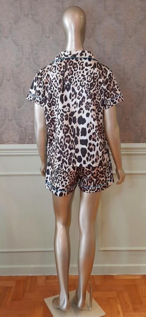 Manequim veste pijama short e camisa manga curta estampa leopardo com turquesa