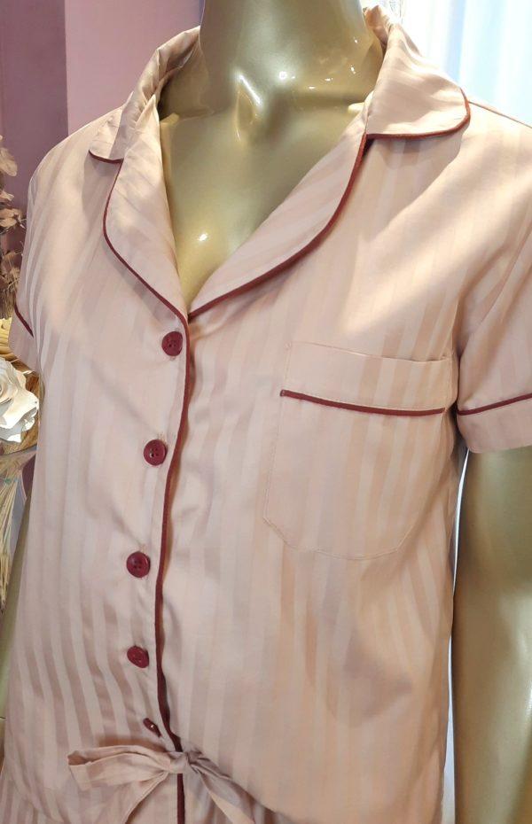 Manequim veste pijama short e camisa manga curta