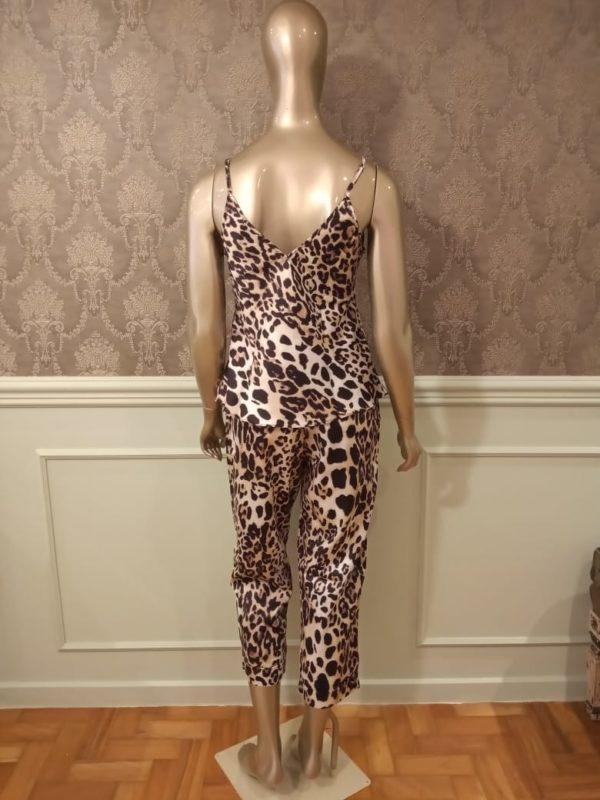 Manequim veste pijama regata e capri leopardo
