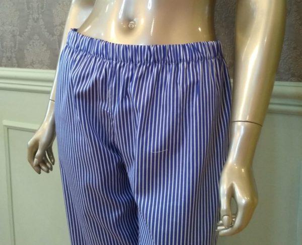 Manequim veste pijama de calca e camisa manga longa listrado marinho