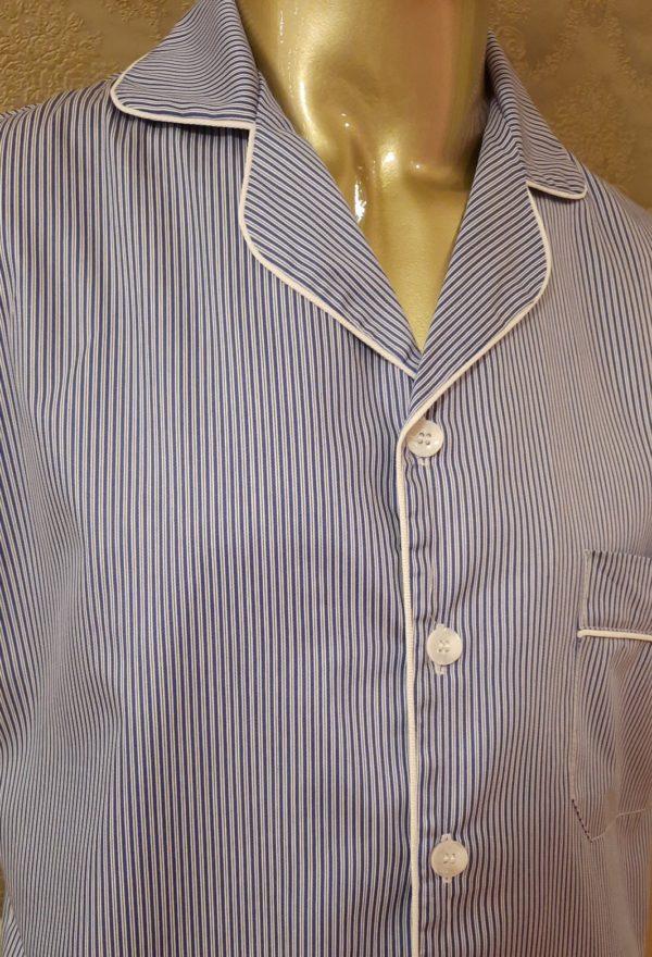 Manequim veste pijama masculino calca e camisa manga listrado azul com debrum branco