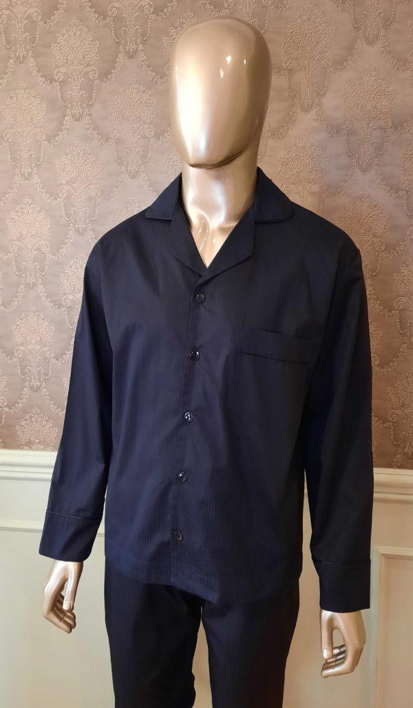 Manequim veste pijama masculino calca e camisa manga na cor preta