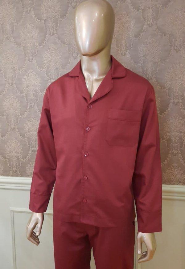 Manequim veste pijama masculino calca e camisa manga na cor bordo