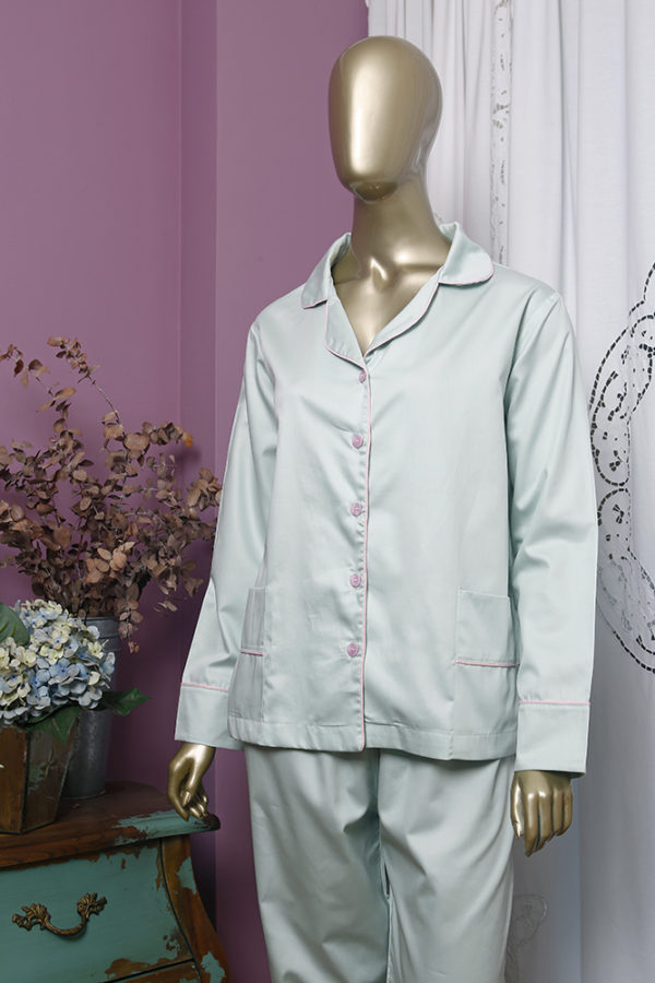 Manequim veste pijama calca e camisa manga na cor verde