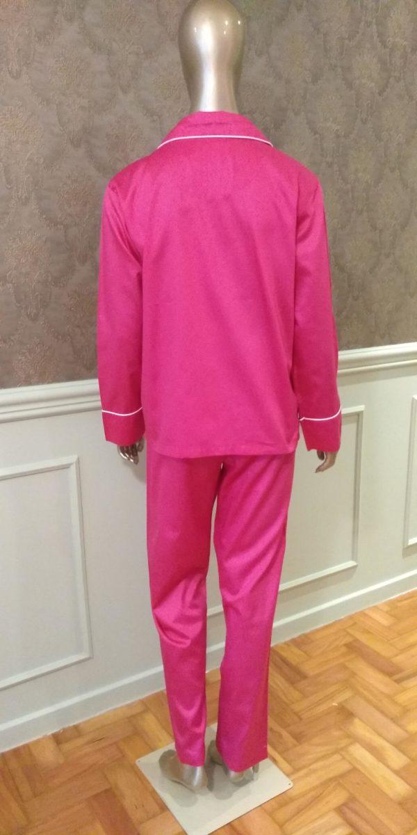 Manequim veste pijama calca e camisa manga na cor pink