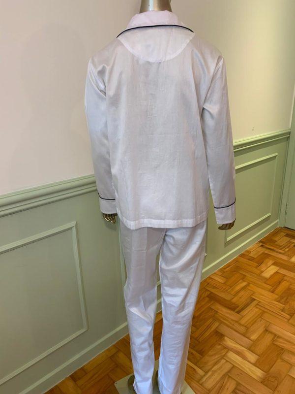 Manequim veste pijama calca e camisa manga na cor branco