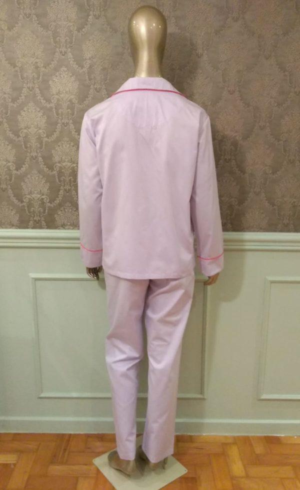 Manequim veste pijama calca e camisa manga na cor lavanda