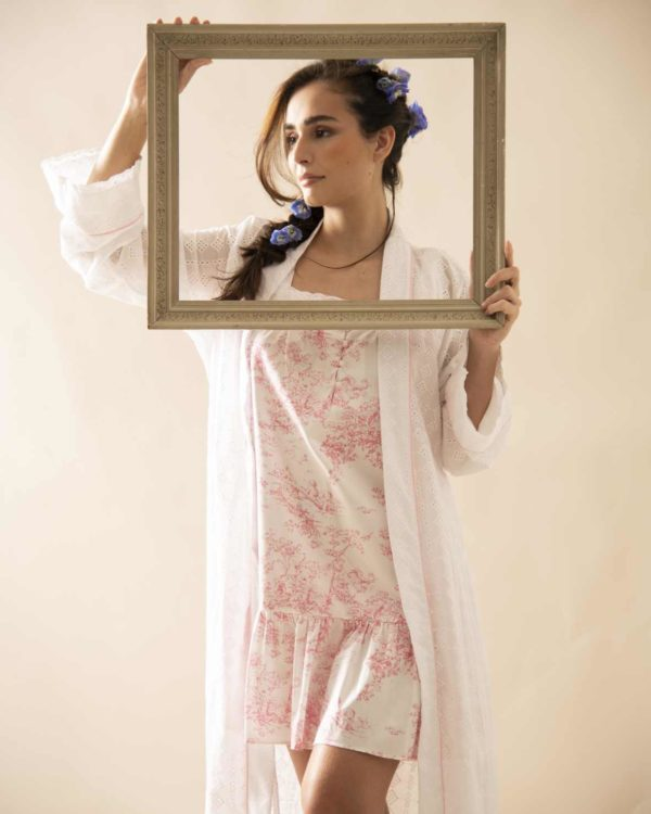 Pessoa veste robe longo de laise com camisola curta no toile de jouy rosa