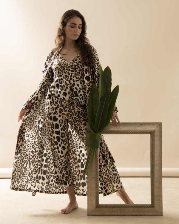 Pessoa veste robe longo na estampa leopardo com debrum pink