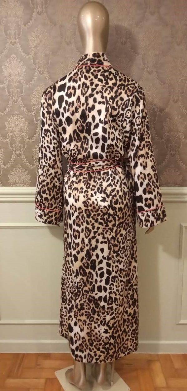 Manequim veste robe longo na estampa leopardo com debrum pink