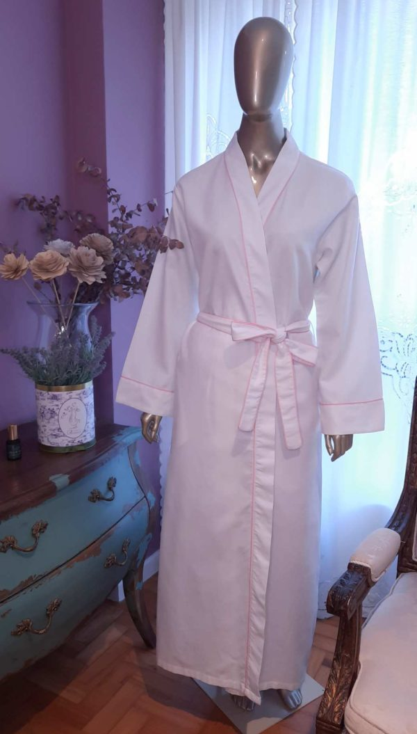 Manequim veste robe longo na cor branca