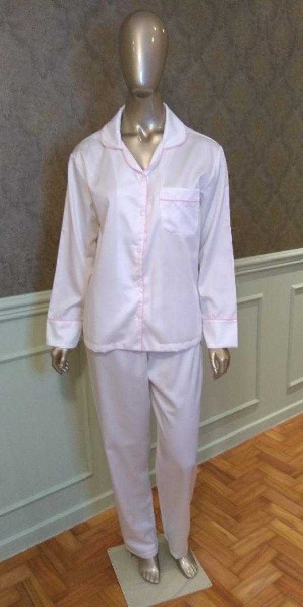 Manequim veste pijama calca e camisa manga na cor branco com debrum rosa