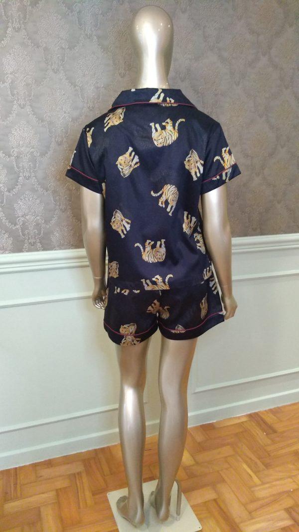 Manequim veste pijama short e camisa curta com estampa de tigre