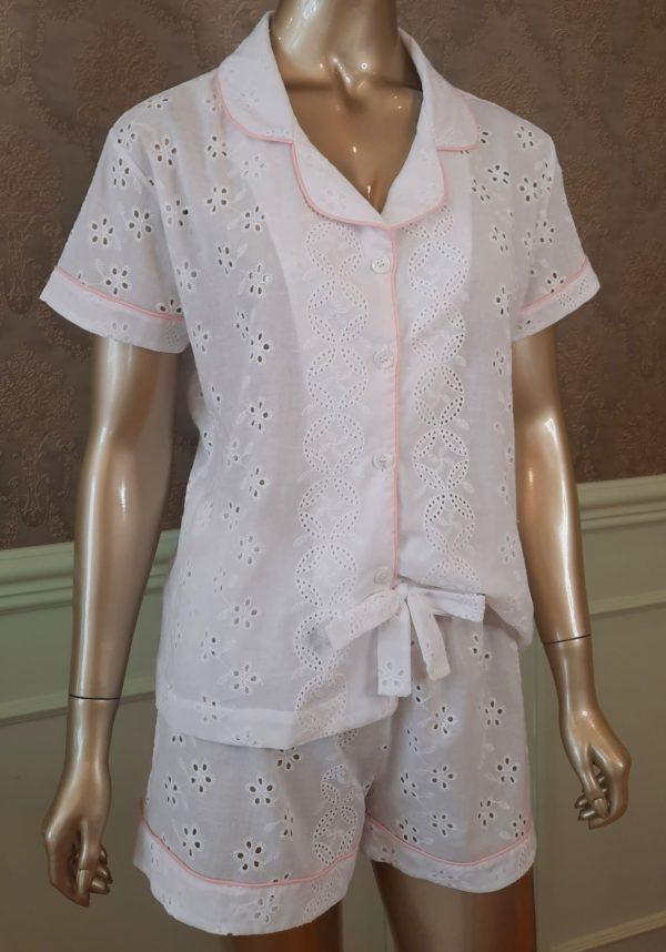 Manequim veste pijama short e manga curta na cor branca com debrum rosa