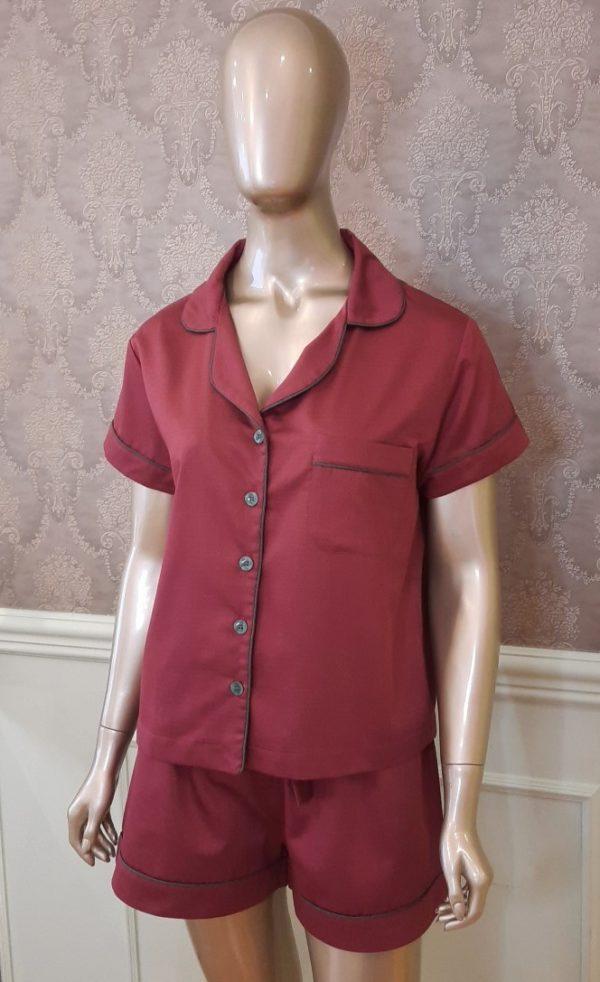 Manequim veste pijama short e camisa manga curta liso bordo