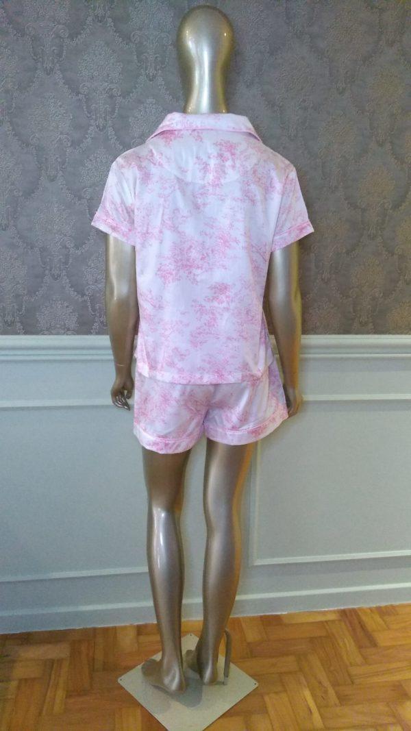 Manequim veste pijama short e camisa manga curta toile de jouy rosa