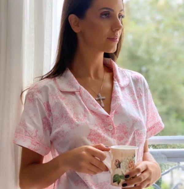 Pessoa veste pijama short e camisa manga curta toile de jouy rosa