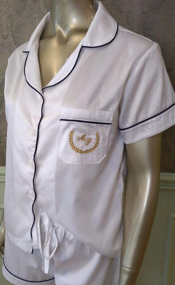 Manequim veste pijama short e camisa manga curta liso branco