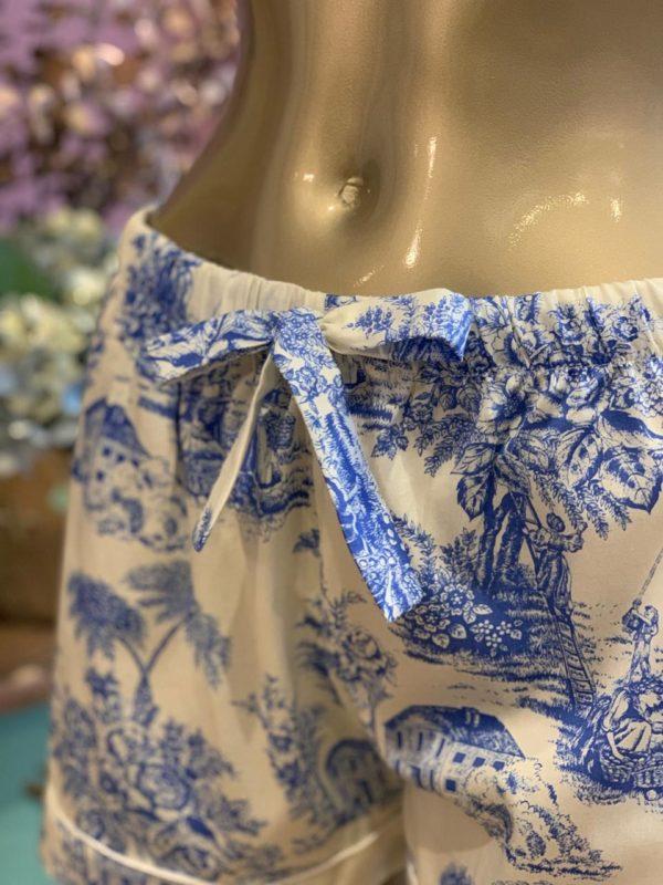Manequim veste pijama regata e short no toile de jouy azul