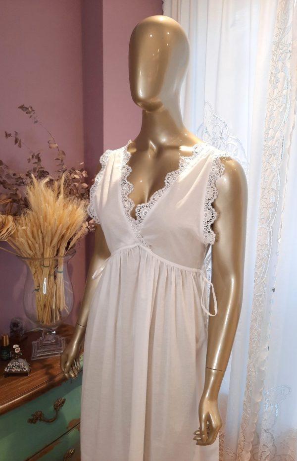 Manequim veste camisola longa branca