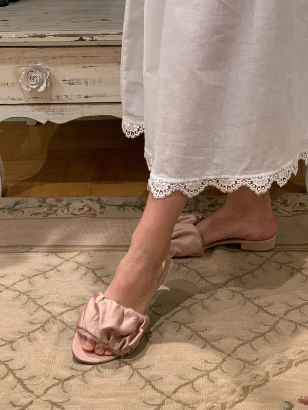 Imagem mostra um chinelo feminino na cor rose