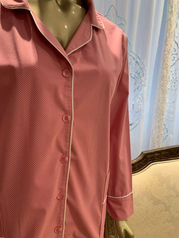 Manequim veste pijama calca e camisa manga longa pois rosa